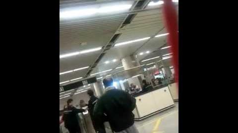(免頭側版)蝗蟲在深圳灣入境大堂對入境長官及所有香港人的羞辱
