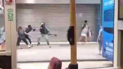1013 示威者飛腿踢警,勇救同伴