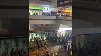 防暴隊在商場平台之間穿插正在去鎮壓市民-0