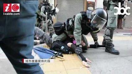 荃灣開槍警員左手持另一長槍 開槍後沒即時查看學生傷勢 - 20191001 - 香港新聞 - 有線新聞 CABLE News