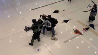 防暴警察在新城市廣場內「室內溜冰」跌倒