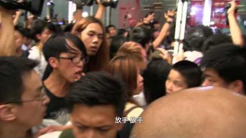 灰衣警察製造混亂 從後箍頸襲擊市民