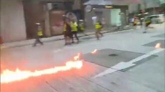 央視稱示威者用汽油彈襲擊致一名警員受傷 胡錫進推特給了現場畫面