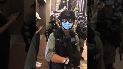 一名防暴蒙面警於旺角疑似嘲笑記者 多次喊Black Lives Matter口號 指香港不是美國