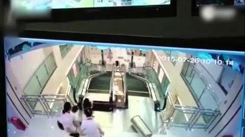 """湖北""""电梯吃人""""事故:母亲托出孩子后被卷入手扶电梯不幸身亡"""