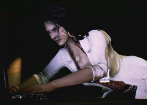 Isabela oglądająca laptop z dowodami