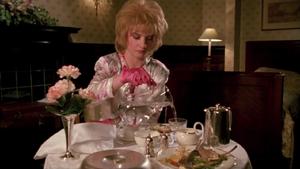 Susan Irvine siedząca sama w pokoju