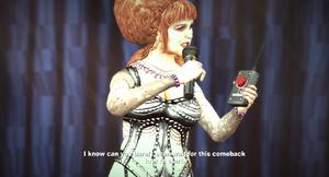 Bibi z mikrofonem i bombą