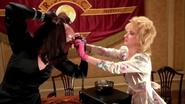 Susan pomagająca ściągnąć maskę Jej Wysokości Wiedźmie