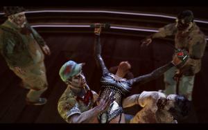 Bibi rzucająca się w objęcia zombie
