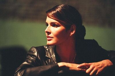 Angie-in-The-Deal-angie-harmon-12617375-500-329