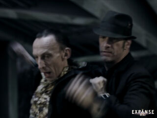 S01E01-ThomasJane as JoeMiller throws JulianRichings as Vargas into airlock 00b