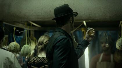 S01E01-ThomasJane as JosephusMiller with DrinkingBulb 01