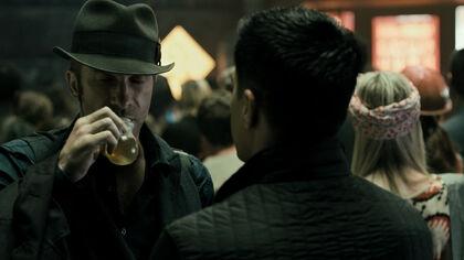 S01E01-ThomasJane as JosephusMiller with DrinkingBulb 03