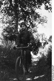 Bundesarchiv Bild 101I-582-2114-08, Frankreich, Fallschirmjäger mit Fahrrad