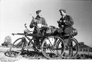 Bundesarchiv Bild 101I-213-0291-35, Russland-Nord, zwei Soldaten mit Fahrrädern