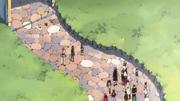 Un groupe de mage de la guilde rentre et voit les trois personnes devant leur QG