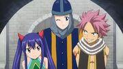 Mirajane déguisée en Garde aide Natsu et Wendy