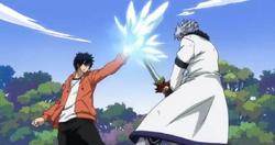Gray impide que Lyon corte el brazo a Erza