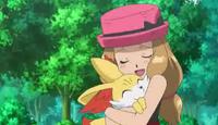 Serena abrazando a fennekin