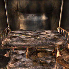 Снайперська гвинтівка на другому ярусі ліжка в наметі 1-го розвідбату.