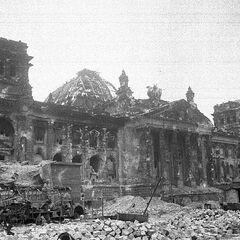 Слайд 2: Рейхстаг після падіння Берліна (1945) — Частина 2
