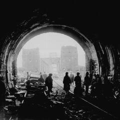 Слайд 3: американські війська перетинають тунель в Німеччині (1945)