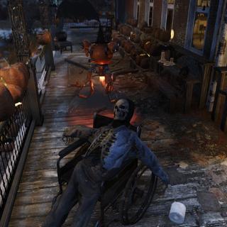 Скелет з маскою черепа, сидить в інвалідному візку на ганку.