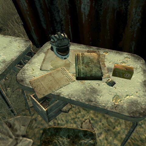 Металевий шолом на одному з столів