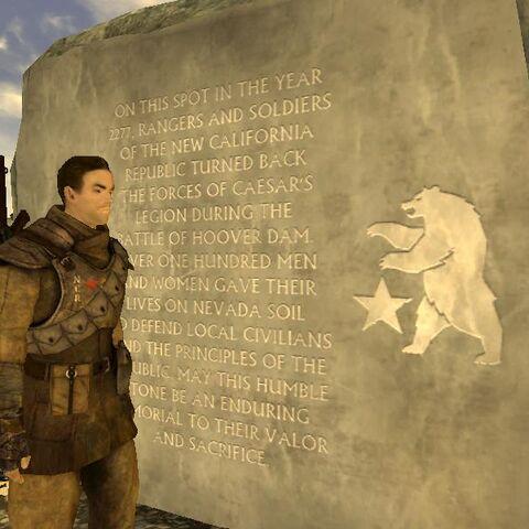 Рядовий Ковальські біля меморіалу на честь перемоги НКР у Першій Битві за дамбу Гувера.