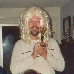 Тім Кейн в перуці — у себе вдома, 1997 рік.