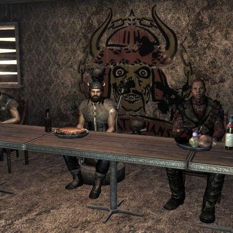Карл за столом з Татом Ханом і Ріджисом