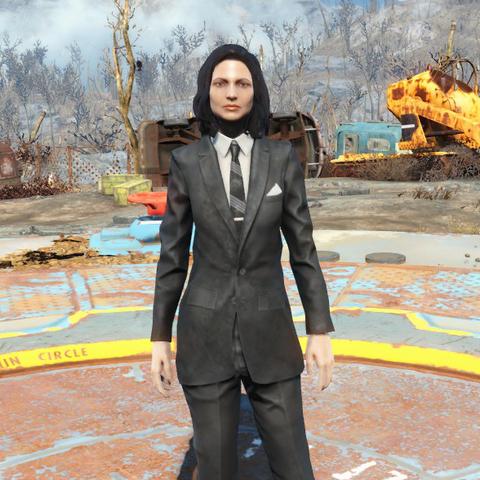 Чистий чорний костюм на жінці