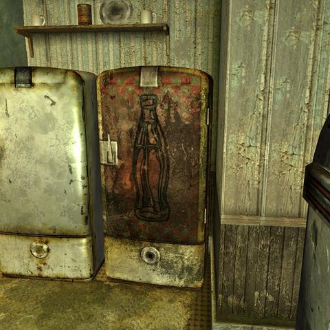 Ядер-холодильник поряд із звичайним холодильником в їдальні Коттонвуд-Коув