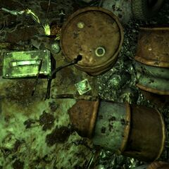 Журнал «Школа виживання», револьвер «Магнум» кал. 357 і ящик з боєприпасами в нижній частині печери.