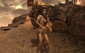 Esclava de la Legión cargando con materiales