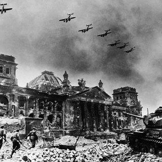Загін радянських солдатів на фоні Рейхстагу у <a href=