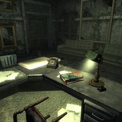 На столі, в першій кімнаті правого коридору <a href=