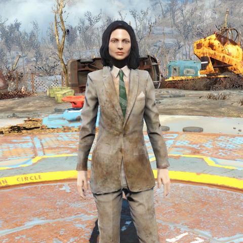 Брудний коричневий костюм на жінці