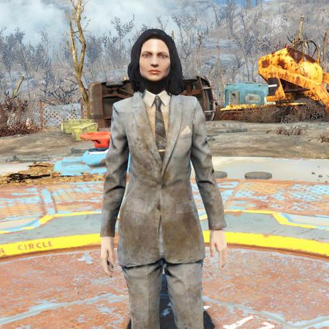 Брудний сірий костюм на жінці