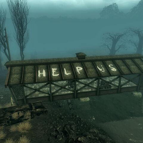 Напис «HELP US» <i>(укр. допоможіть нам)</i> на даху мосту.