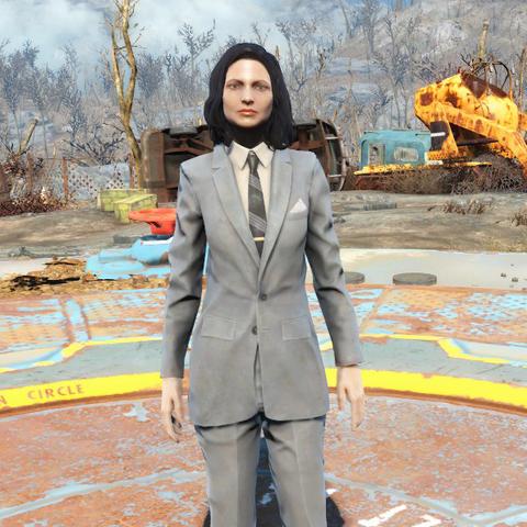Сірий костюм на жінці