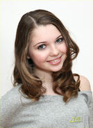 Sammi Hanratty as Bella Harris