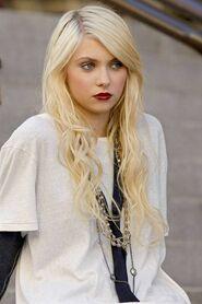 Taylor Momsen (16)