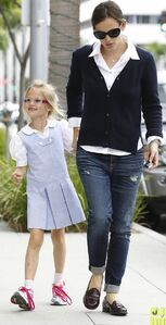 Jennifer-garner-after-school-snack-time-11