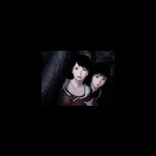 Mio y Mayu detras de un Arbol