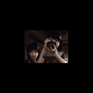 Mio y Mayu sostienen la Cámara Oscura