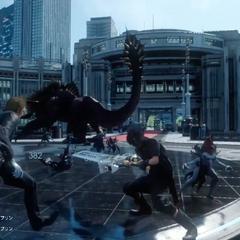 Noctis enfrentando vários inimigos em Insomnia em um trailer.