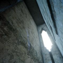 Окно под потолком тюрьмы.