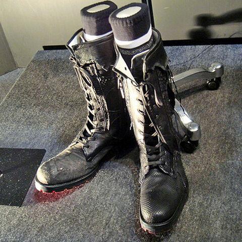 As botas finalizadas de Noctis, projetadas por Hiromu Takahara (note a luz vermelha que emana das solas).